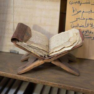 Dans la bibliothèque, un ancien exemplaire du Saint-Coran