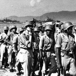 18 août 1944, une section du 18e Régiment de Tirailleurs sénégalais sur une plage du Var (crédit : US National Archives)