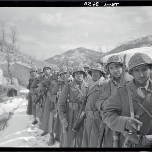 Le 6e régiment de tirailleurs marocains se dirigeant vers Monte Cassino (crédit : ECPAD / Jacques Belin)