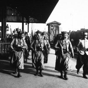 Des tirailleurs arrivant dans une gare parisienne pour praticiper au défilé du 14 juillet 1913 à Longchamp (tirage Chegandopa).